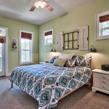 Master Bedroom w/32' flat screen TV, King size bed with memory-foam mattress